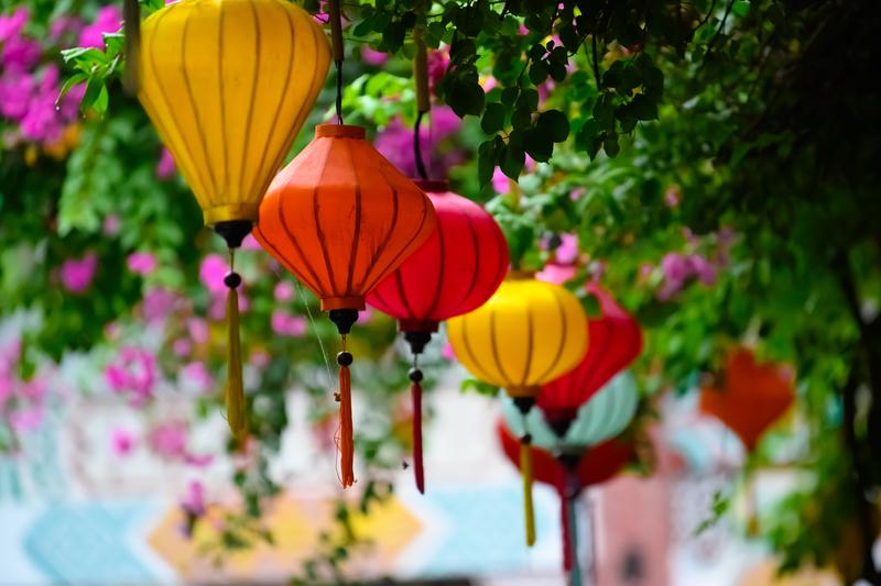 La tradition des lanternes date du 16ème siècle lorsque Hoi An était un port marchand très actif. Les japonais qui faisaient escale avaient pour habitude d'accrocher des lanternes sur leur porte. Les habitants de la ville ont repris cette habitude qui apporte selon la légende de la chance dans les maisons. Durant ces journées qui célèbrent la pleine lune, les lumières de la ville sont éteintes et seules les lanternes brillent dans la nuit. Des centaines de lanternes sont alors déposées sur l'eau et les spectateurs peuvent les admirer flotter tout au long de la nuit. Il est possible de les admirer flotter de plus près en montant dans une barque qui promène les spectateurs entre les lanternes.
